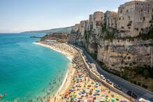 Domy Na Skraju Urwiska Tuż Nad Długa Piaszczystą Plażą. Tropea, Kalabria, Włochy