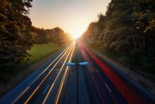 Auto Lichter In Einem Herbstlichen Hintergrund Bei Sonnenaufgang