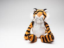白い背景に座る可愛い虎の人形