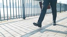 道を歩くビジネスマン