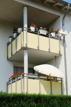 Fassade Eines Mehrfamilienhauses Mit Balkonen, Nordrhein-Westfalen, Deutschland, Europa