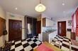 Stylowy salon z kuchnią z czerwonymi zasłonami