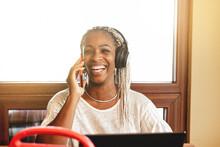 Mujer Afroamericana Hablando Por Teléfono Mientras Escucha Música En Auriculares