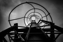 Noir Et Blanc D'une échelle Circulaire Métallique Montant Vers Le Ciel