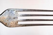 Detalle De Dientes De Tenedor De Plata Desgastado