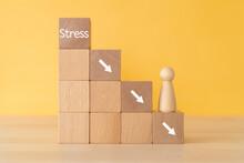 「Stress」と矢印がプリントされた積み木と人形