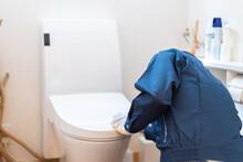 トイレのメンテナンスをする技術者