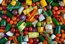 Des Petits Légumes De Toutes Les Couleurs Découpés Et éparpillés Sur Une Plaque Vu D'en Haut