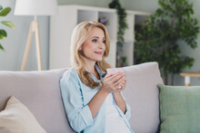 Photo Portrait Woman Blonde Hair Smiling Sitting On Sofa Drinking Tea Staying At Home