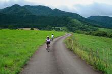高原のサイクリングロードで自転車に乗るキッズ