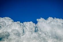 Grandes Nubes Blancas De Lluvia En El Cielo