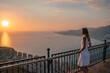 kobieta i widok na morze i góry