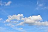 Fototapeta Na sufit - Błękitne niebo i białe chmury