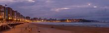 Vista Panorámica De Paseo Y Playa Al Anochecer En La Ciudad De Gijón,  Asturias