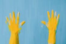Mains Avec Gants Jaunes