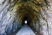 「判官舟かくし」は角田岬灯台下の崖や岩場の名所旧跡(新潟市西蒲区)