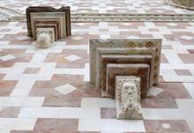 Mensole Con Maschere Di Pietra Bianca Sulla Facciata Della Basilica Santa Maria Di Collemaggio, A L'Aquila, In Abruzzo