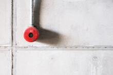 赤い非常ベルと白い壁 Red Emergency Bell And White Wall