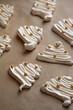 Bezy świąteczne ciasteczka, w kształcie choinki bożonarodzeniowej. Słodkie bezy z cukrem i posypką cukrową.