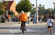 Kurier na rowerze, dostawa, smaczne jedzenie na ulicach miasta.