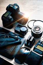 Equipo Fotográfico Profesional Y Edición Y Retoque Fotográfico Digital. Vista Superior De La Cámara Digital, El Flash, El Objetivo Y El Ordenador Portátil.
