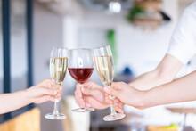 ワイングラスで乾杯をする若い男女