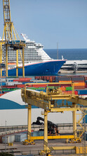 Crucero De Ocio Amarrado En El Puerto De Barcelona