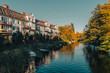 Widok na rzekę z budynkami blisko brzegu