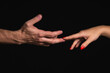 Dłoń mężczyzny łapiąca dłoń kobiety