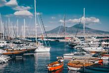 Porto Di Napoli, Con Barche E Il Vulcano Vesuvio Sullo Sfondo