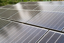 Panele Słoneczne Na Dachu Płaskim, Lekko Brudne Panele Słoneczne, Pv Panel W Technologii Gontowej
