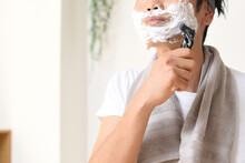 髭を剃る若い男性(スキンケアのイメージ)
