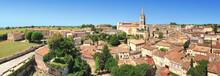 Vue Panoramique De Saint-Emilion Dans Les Célèbres Vignobles Du Bordelais.