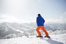 銀世界の雪山の風景とスキーをする男性