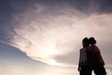 夕焼けの空と女性2人