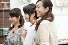 笑顔の中高年女性3人