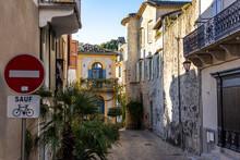 Ruelle Du Village Médiéval De Sauve Et Ses Maisons Colorées (Occitanie, France)