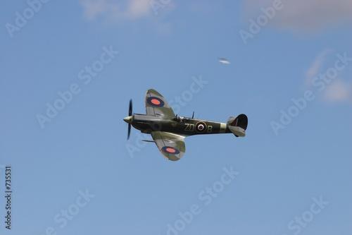 Photo raf spitfire mk 9 against a blue sky