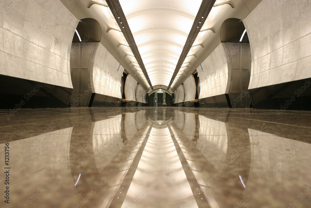pusta podłoga stacji metra <span>plik: #1213756   autor: Pavel Losevsky</span>