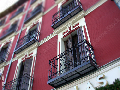 Valokuvatapetti façade rouge madrid 2