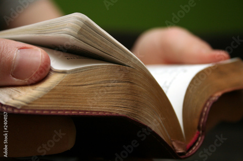 Fotografie, Obraz Mladý muž čtení malá bible