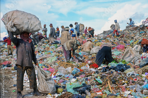 poor people working in a rubbish dump Fototapet