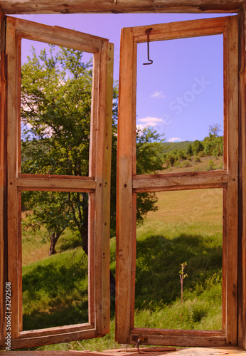 Fototapeta Spokojny krajobraz widziany przez okno wysoka