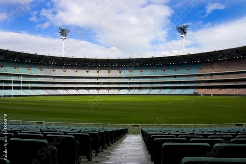 Fototapeta premium Stadion piłkarski całkowicie pusty, błękitne niebo