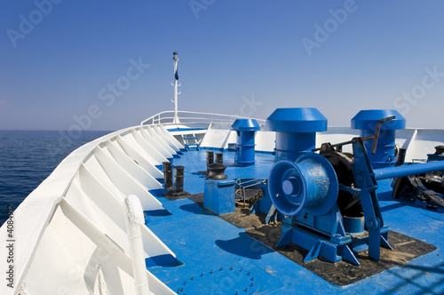 Fotografia The prow of a white ship, with blue floor and the skyline..