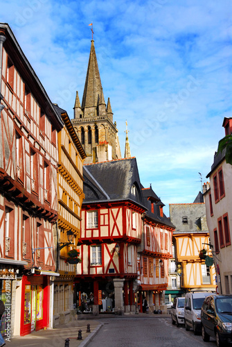 Fotografia Street with colorful houses in medieval city of Vannes, France.