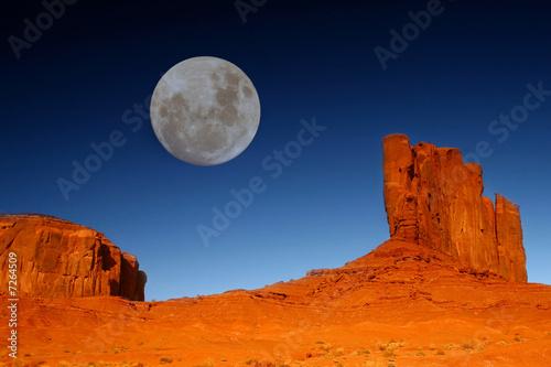 Fotografija Buttes and Moon in Monument Valley Arizona