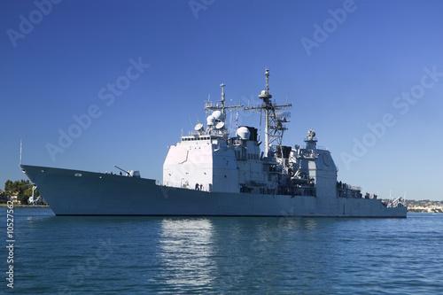 Canvas Print Ticonderoga class guided missile cruiser at sea