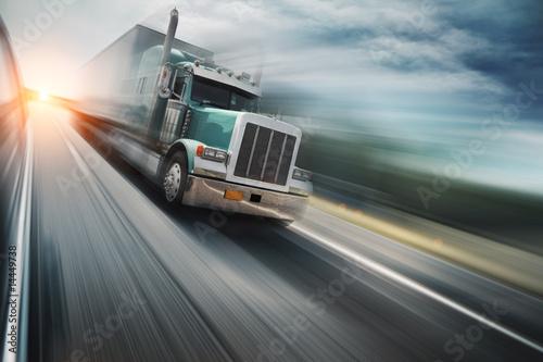 Fototapeta premium Amerykańska ciężarówka pędząca na autostradzie. Niewyraźny ruch.