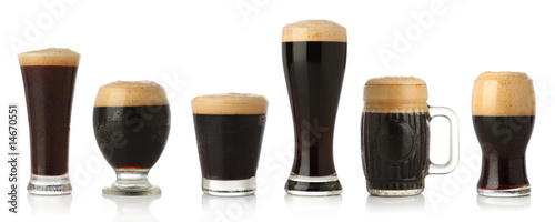 Photo Differente glasses of stout beer, isolated on white